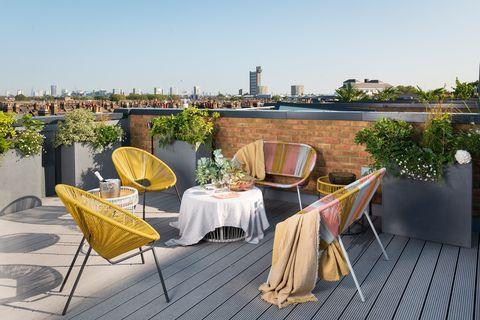 terraza con sillas y bancos estilo acapulco