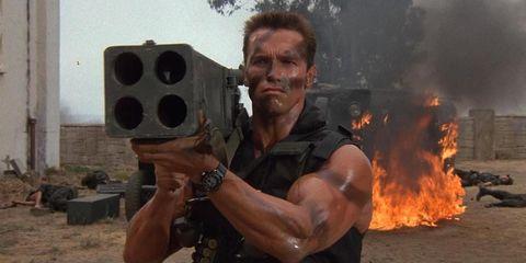 arnold schwarzenegger con un gran lanza cohetes en la película commando