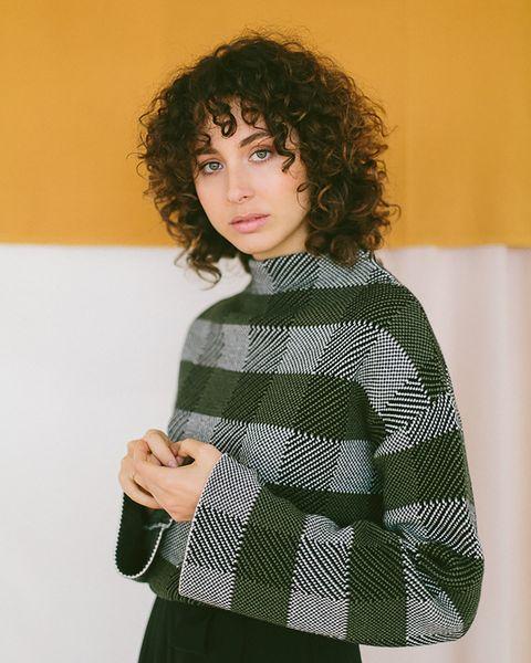 Vrouw met groene trui aan van green labels