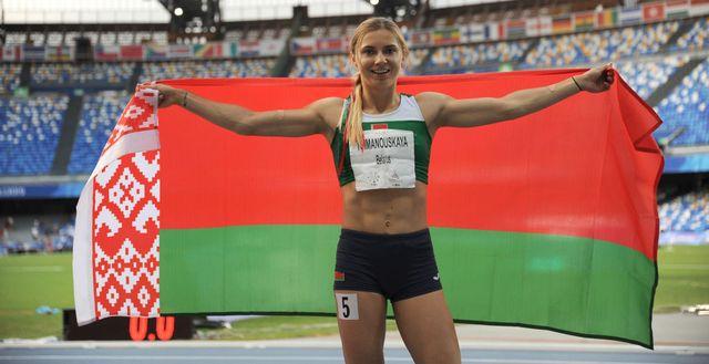 krystsina tsimanouskaya celebra su oro en la universiada en el año 2019 con la bandera de bielorrusia