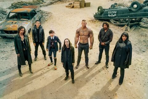 the umbrella academy l to r robert sheehan as klaus hargreeves, justin h min as ben hargreeves, aidan gallagher as number five, ellen page as vanya hargreeves, tom hopper as luther hargreeves, david castaÑeda as diego hargreeves and emmy raver lampman as allison hargreeves in episode 201 of the umbrella academy cr christos kalohoridisnetflix © 2020