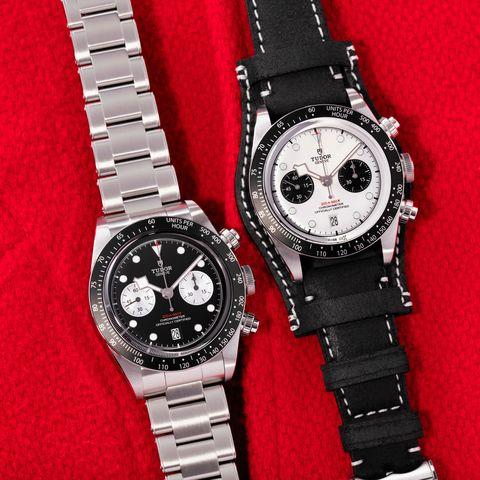 montres noir et blanc sur fond rouge