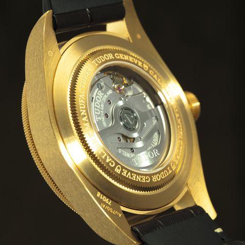 montre en or avec vue sur le mouvement