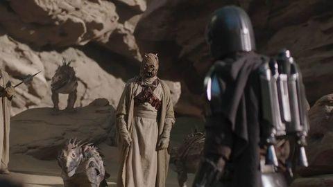 los moradores de la arena de tatooine en una escena de the mandalorian
