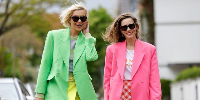 twee dames dragen mini rok trend op straat