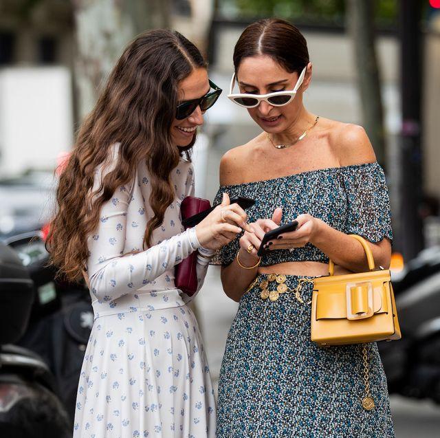twee vrouwen kijken op hun telefoon