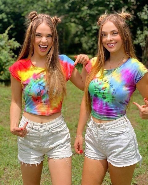 las gemelas aitana y paula etxeberría, twin melody, posan con el mismo look