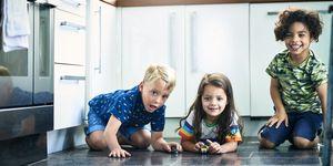 Niños jugando con coches de juguete