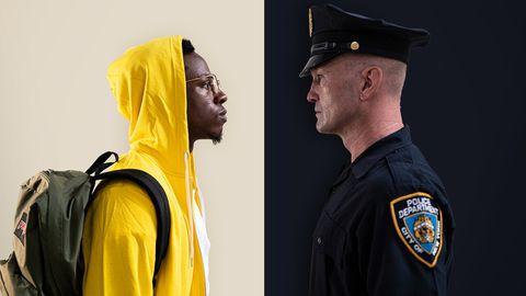 joey badass tegenover politie agent voor een contrasterende zwart gele achtergrond
