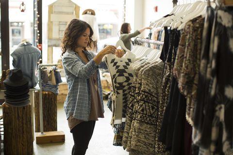 dos mujeres miran ropa en una tienda