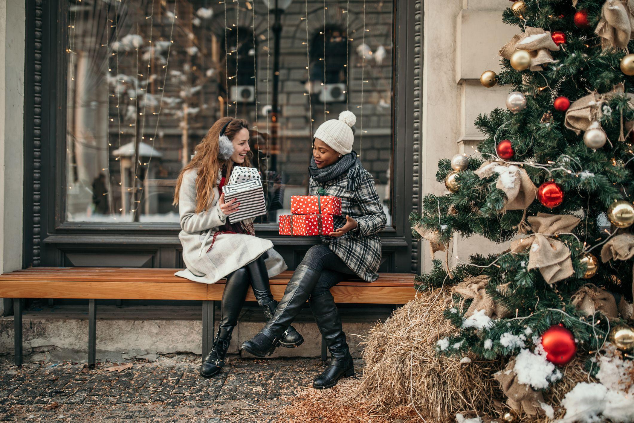 deux jeunes femmes shopping pour noël