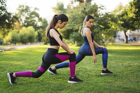 dos mujeres haciendo lunges o zancadas en un parque
