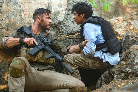 chris hemsworth y rudhraksh jaiswal en una escena de acción de la película de netflix 'tyler rake' 'extraction'