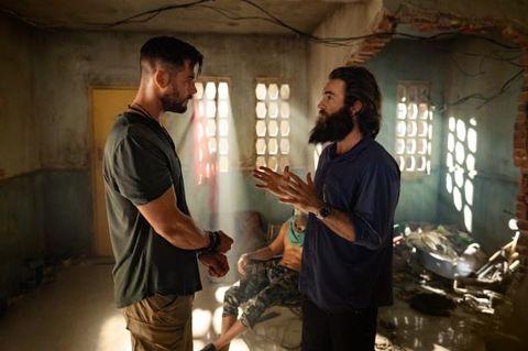 sam hargrave, director de tyler rake, habla con el protagonista de la película, chris hemsworth