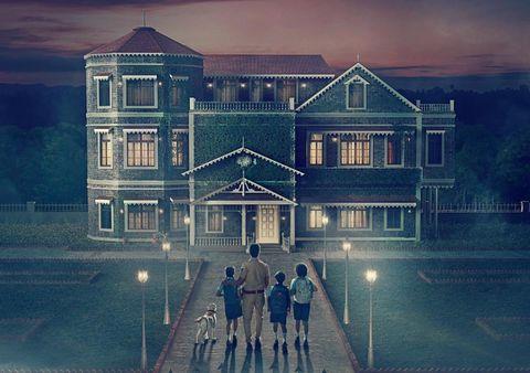 una familia y su perro entran en una mansión fantasma en la serietypewriter