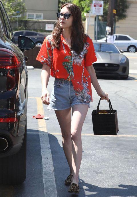 Emma Roberts穿度假風襯衫搭配丹寧短褲