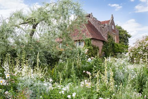 uk gardens   view of priest's house from the white garden in august at sissinghurst castle garden, kent