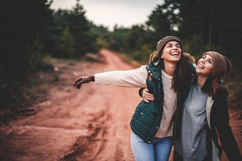 Vrouwen lopen in het bos