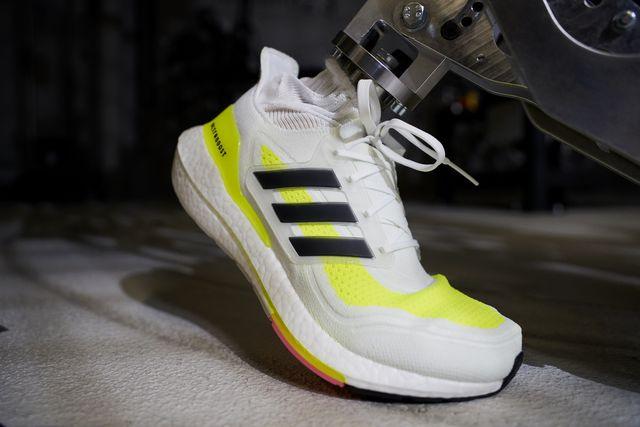 imagen de una de las pruebas de torsión de las zapatillas de running adidas ultraboost 21