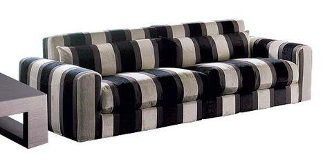 sofá a rayas marrones
