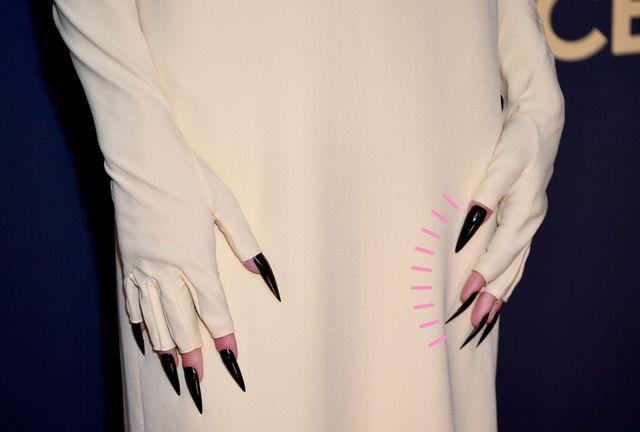 las uñas negras de emma corrin en los premios emmy 2021