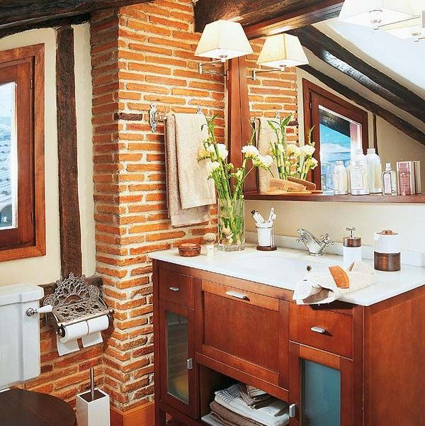 baño rústico con techo abuhardillado