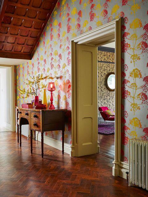 recibidor clásico con madera y papel pintado bicolor con dibujos de árboles