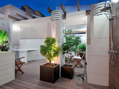 terraza ático con comedor bien iluminado