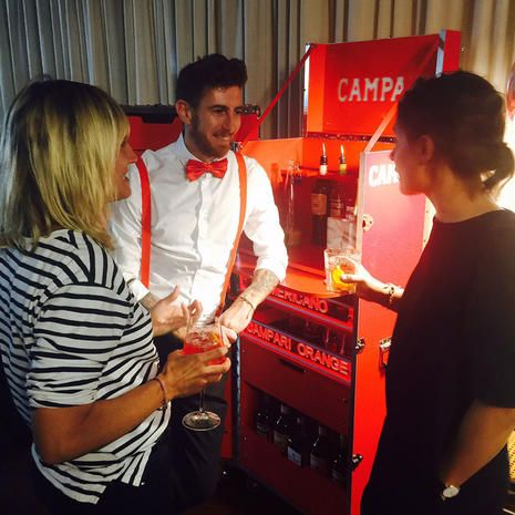 Un drink, please? Laura Seganti, Roberto il bartender di Campari e Manuela Ravasiocourtesy photo Instagram