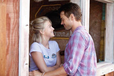 julianne hough y josh duhamel se miran a los ojos como una pareja en una escena de la película un lugar donde refugiarse