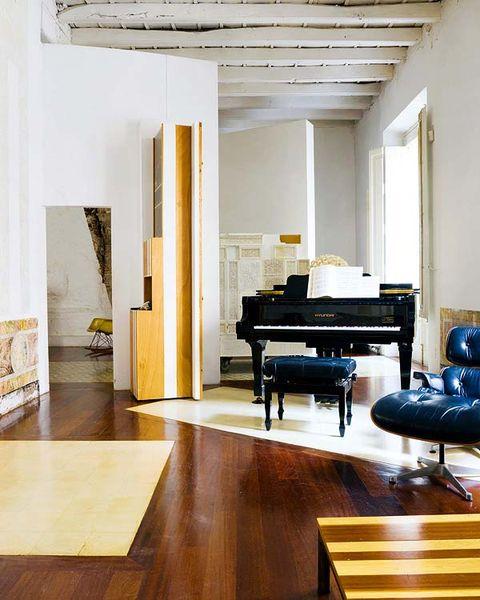 salón con piano y estufa convertida en armario