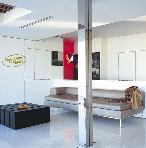 salón decorado con pilar de aluminio