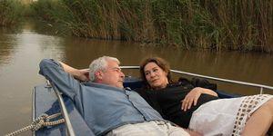 Hannelore Elsner yOliver Karbus en la película Un verano en Burgenland, en el lago Neusdiedl.