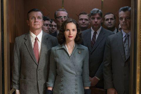 Felicity Jones sale de un ascensor en la películaUna cuestión de género