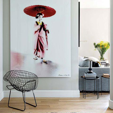 una pied à terre muy chic  recibidor con cuadro de geisha
