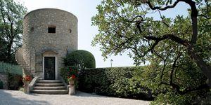 Una nueva vida para un torreón convertido en casa de vacaciones por el estudio de arquitectura e interiorismo Aledolci&Co