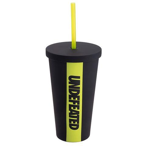 星巴克首次聯名街頭潮牌undefeated推出共九款商品,經典的雙層馬克杯、不鏽鋼杯、togo冷水杯