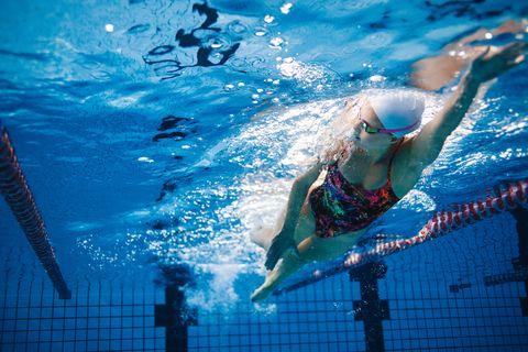 Tiro subaquático de treinamento de nadador na piscina