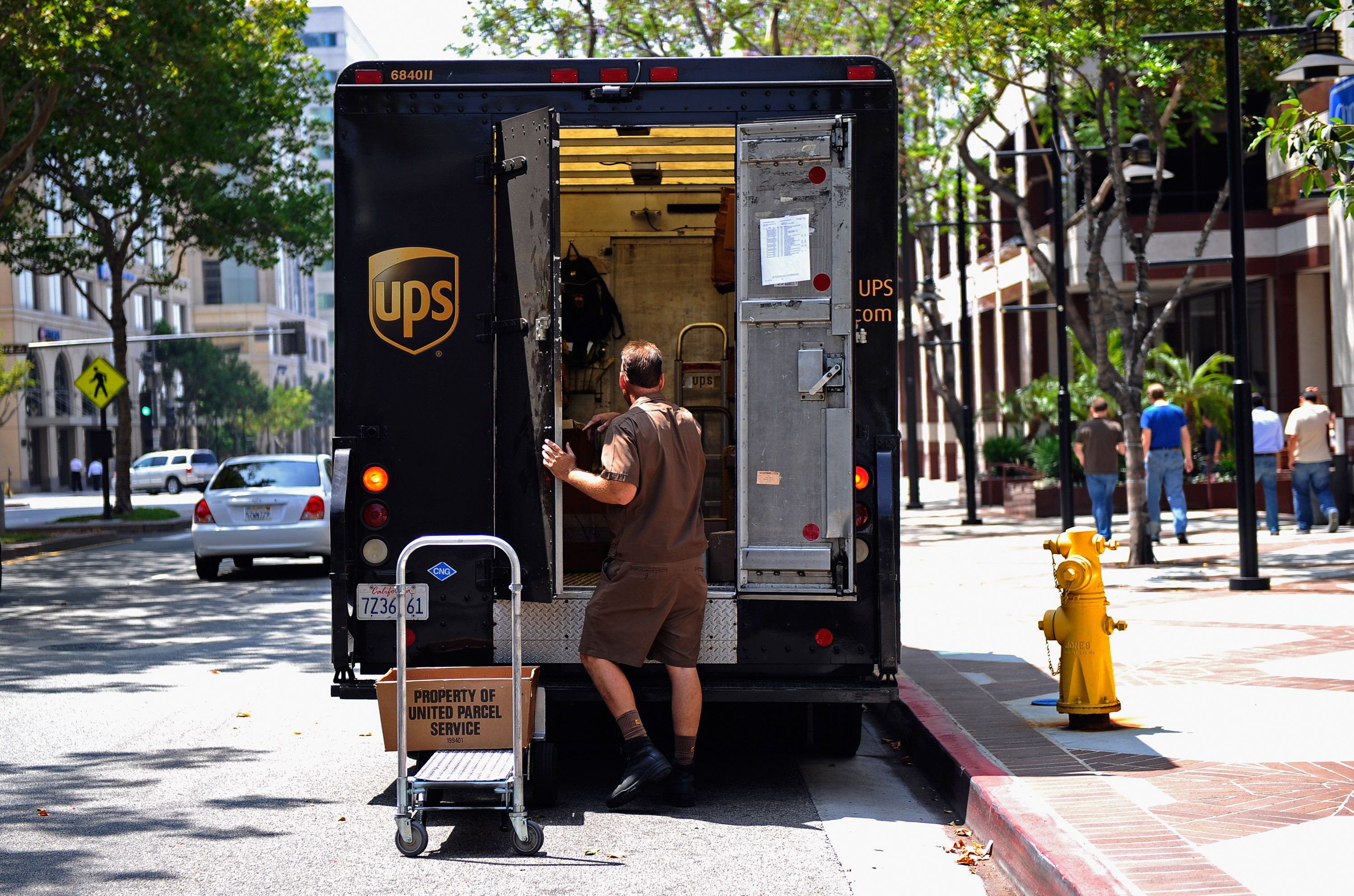 does ups hire seasonal drivers