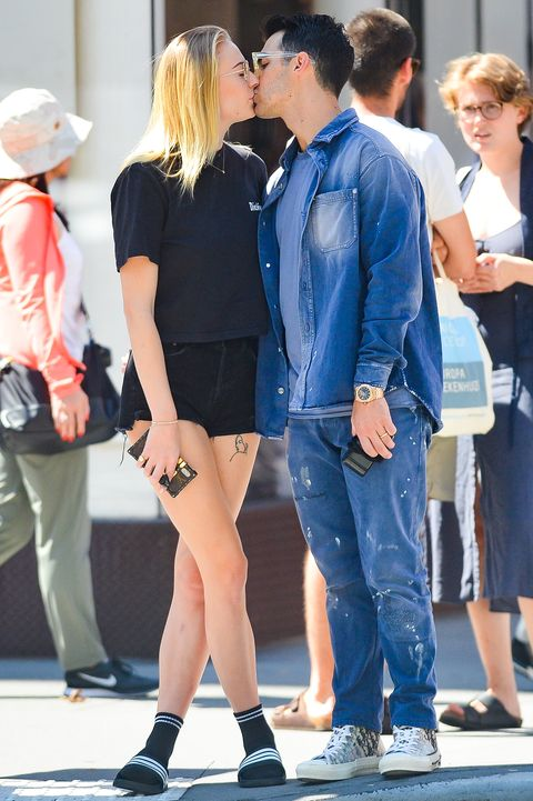 Sophie Turner and Joe Jonas kissing