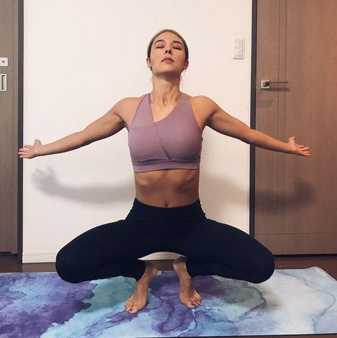 Shoulder, Physical fitness, Yoga, Joint, Leg, Arm, Yoga mat, Sportswear, Sitting, Thigh,