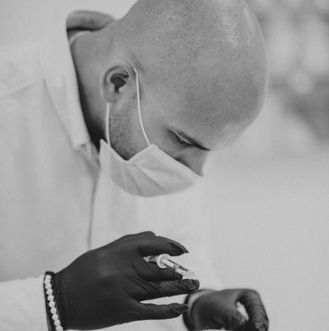 dr jean josé joseph con un inyectable de ácido hialurónico