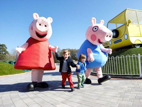 Animated cartoon, Mascot, Cartoon, Public space, Fun, Child, Happy, Animation, Recreation, Costume,