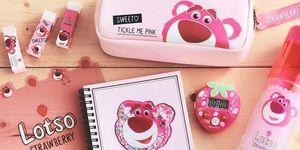 史上最粉嫩的《玩具總動員》文具!日本迪士尼推出14款「熊抱哥」設計文具,引起粉絲大暴動了!