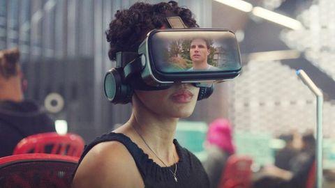 una chica negra con unas gafas de realidad virtual puestas en la serie 'upload'