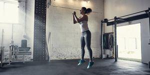 Vrouw in de sportschool springt in de lucht
