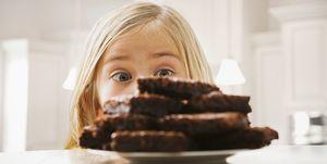 Niña mirando unos brownies