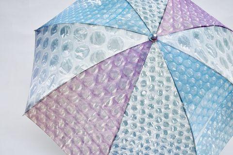 紫色、透明、藍色的泡泡紙雨傘