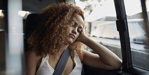 Vrouw slaapt in auto