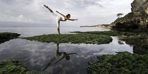 Mujer practicando yoga en Bali